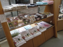 高岡市観光協会のブログ-松原秀典原画展(あみたん娘グッズ販売風景)