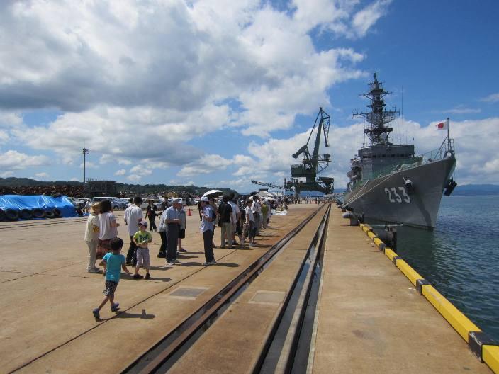 伏木港で海上自衛隊護衛艦の一般...